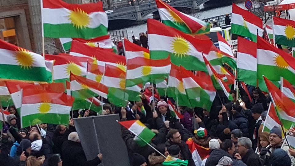 Kurd li Ewrûpayê ala rengîn bilind kirin!