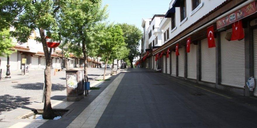 Qayûmê Dîyarbekirî bi zorî dikananê qefilnayan rê bayraqî aliqnayî