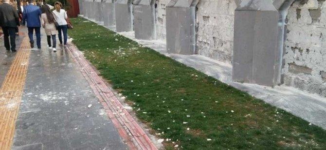 Amed: Qeyûm motîfên Merwanî li ser dîwarê parkê rakir
