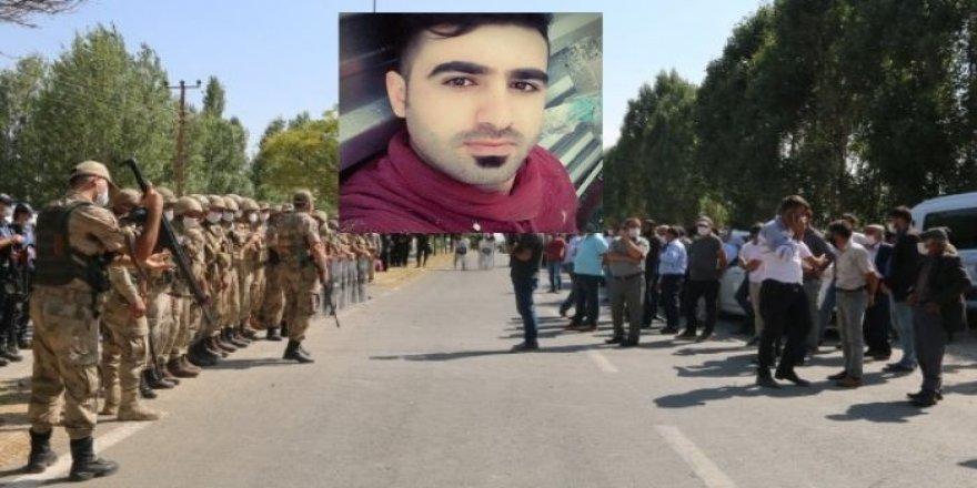 Cenazeyê karkerê Kurd ê bi êrîşa nijadperestî hat kuştin li Erdîşê hat veşartin