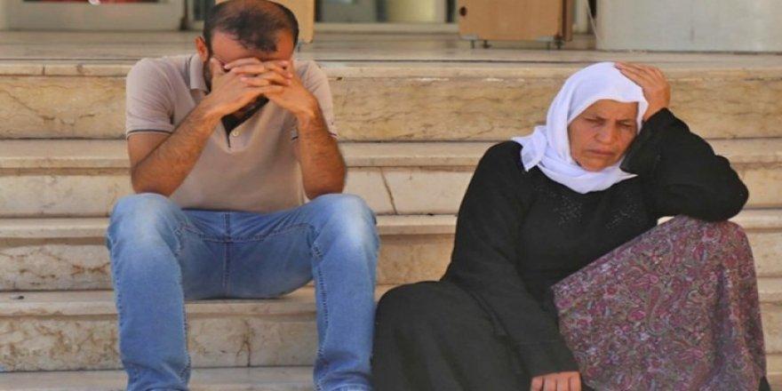 Emîne Şenyaşar û kurê wê li ber avahiya AKPya Rihayê desteser kirin