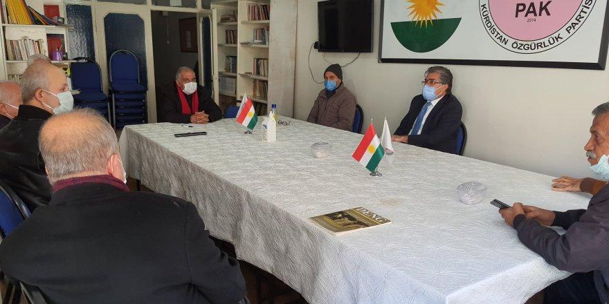 Serekê Pêroyî yê PAKî Mustafa Özçelikî Teşkîlatê PAKî yê Amedî de îdarekaranê PAKî reyde kombîyayîşêk kerd