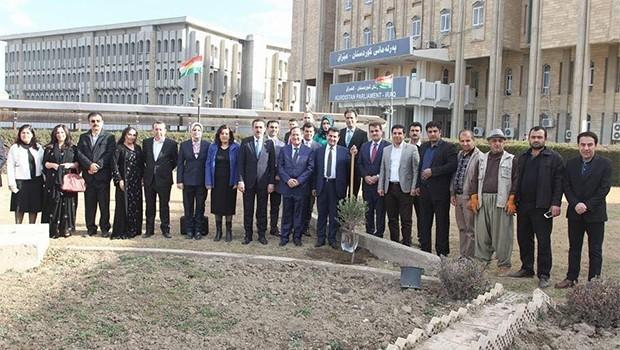 Parlamenterên Kurdistanê darên zeytûnê çandin, operasyona Şaxa Zeytûnê protesto kirin
