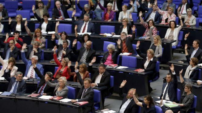 """Parlamentoya Almanyayê: """"Erê komkujî ye"""""""