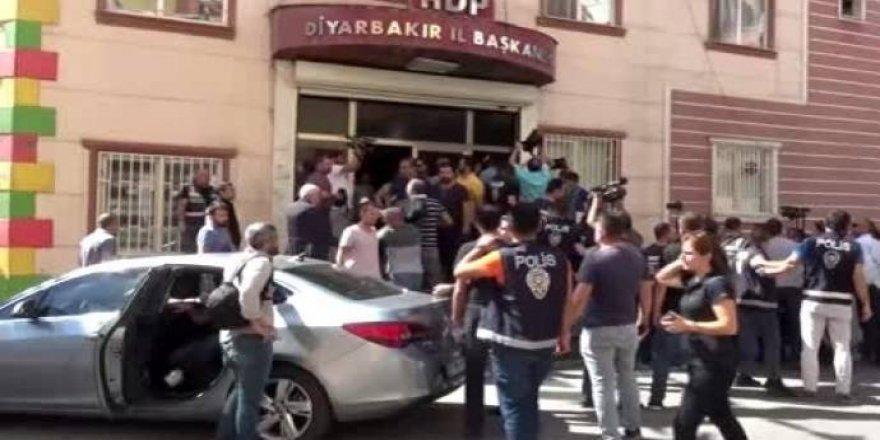 Keyeyan Dîyarbekir de bi karrayan û sûşeyan hêrişê bînaya HDP kerd!